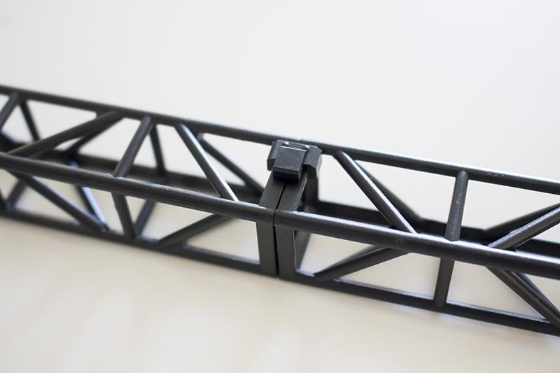 ▲支柱同士に連結フックを2~3個程接続。パチっとハメるだけでセットが組み上がっていく。