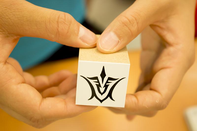 ▲カードを受け取った後は左手の甲に令呪スタンプが押される。通常時は見えないが、ブルーライトで令呪が浮かび上がる。