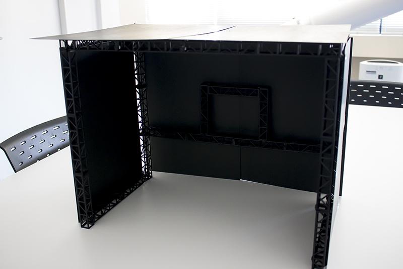 ▲組んだステージの周りに配置して暗いスタジオ風に。
