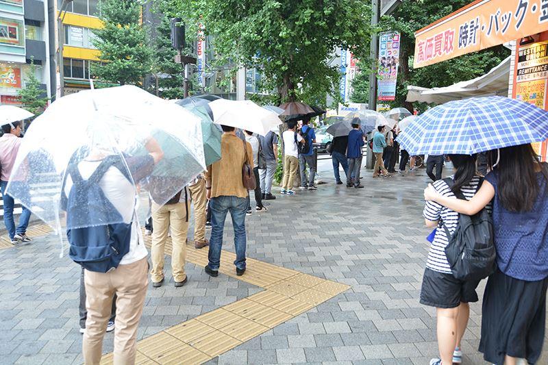 ▲7月15日(金)11時頃のゴーゴーカレー秋葉原中央通店。すでに交差点方面まで列が伸びていた。