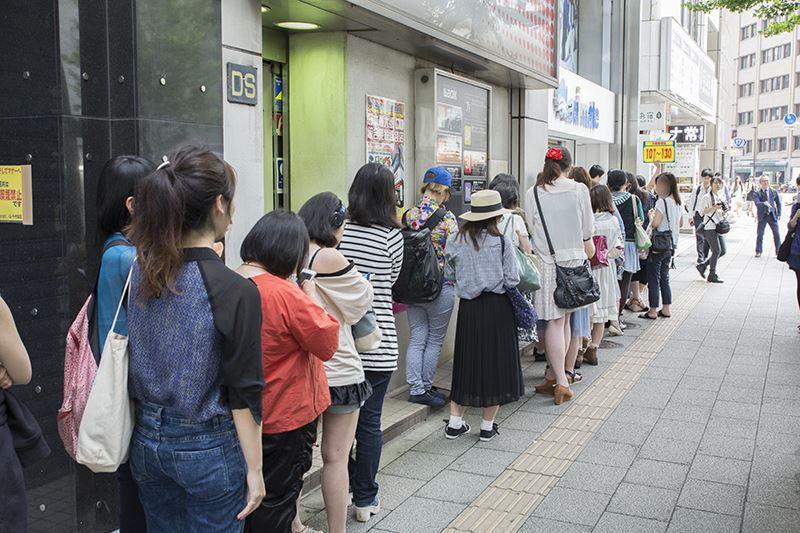 ▲店頭からずらーっと店の周りを囲むほど列が出来ていた。