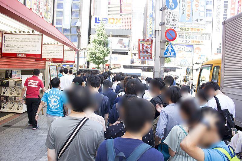 ▲初日の11時には40~50人程並んでいた。