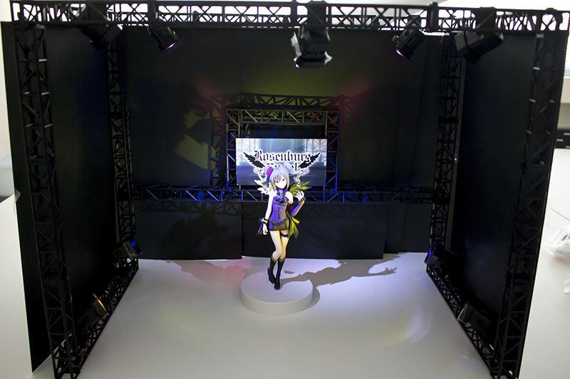 ▲奥行きのあるステージセットを組んだことで、照明も背景やフィギュアに当てることも可能に。