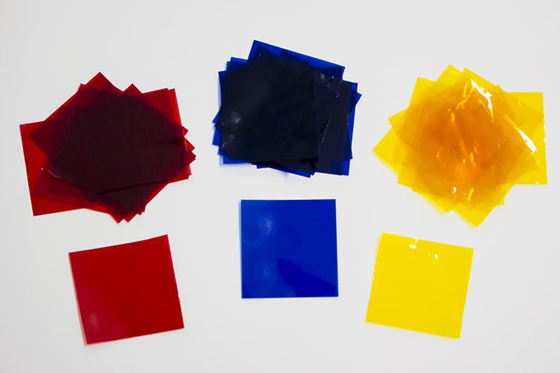 ▲通常時の白い照明のほか、文房具店で購入したセロハン紙を使用して色を変えてみる。