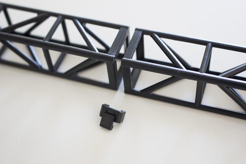 ▲ステージセットの組み立ては簡単で、トラス柱同士は縦横どちらも自由に接続できる。