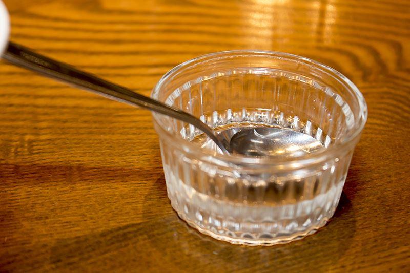 ▲レッチリドリンクには辛くする「ヒートシロップ」が付いてくる。混ぜる前に「どれ味もみておこう」と舐めたら最初は甘く、喉を焼くような辛さが後からやってくる。スプーン1~2杯でも辛いシロップなので、慎重に。というか助けてクレイジー・D。