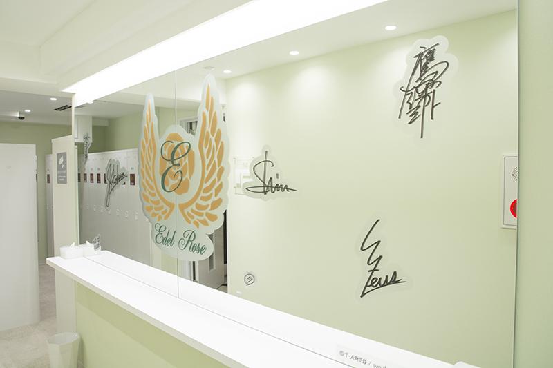▲コラボ対象となるは5階フロア。エレベーター出てすぐの鏡にはキャラクターのサインが!