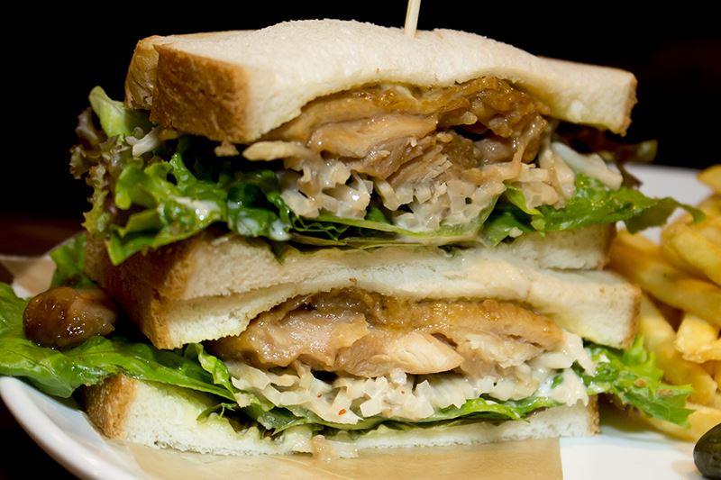 ▲テリヤキサンドはテリヤキチキンごぼうサラダの歯ごたえがポイント。仗助・億泰・重ちー・吉良も買いに来る「サンジェルメン」のサンドイッチは、味もボリュームも大満足。