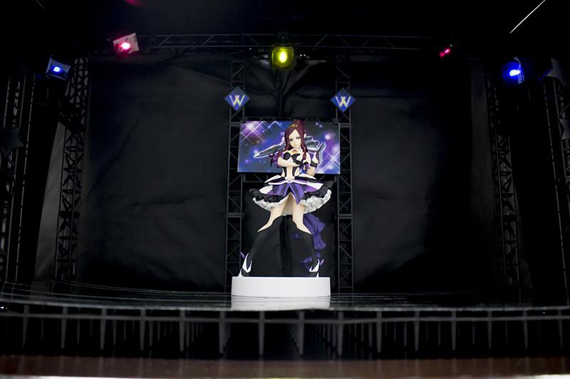 ▲ライトにセロハン紙で色を付けて、特設ステージ完成。