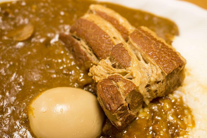 ▲「豚角煮カレー」(950円)はごろっと大きい角煮、とろとろの煮玉子がたまらなく美味しい。