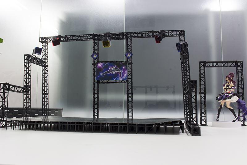 ▲トラス支柱はなるべく左右や背景に使用するために用意した土台とステージ組み合わせる。