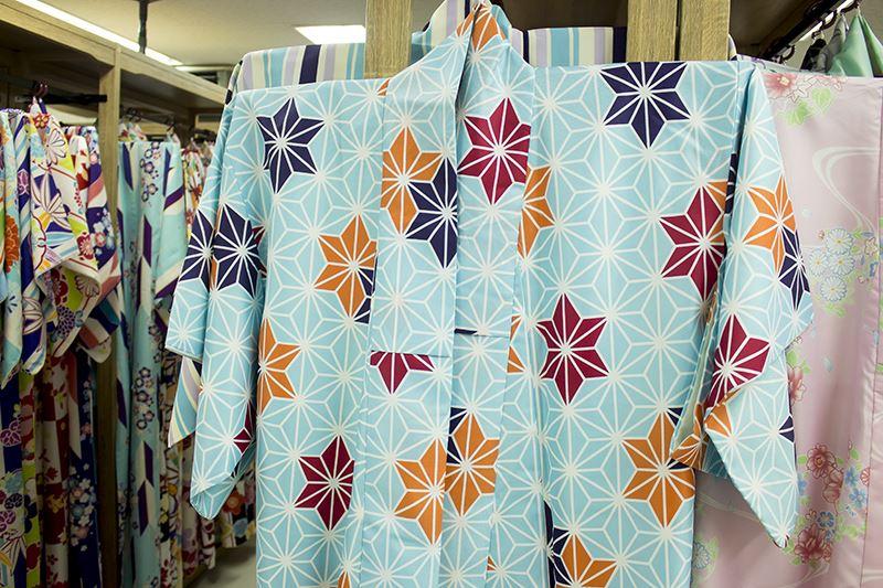▲「ワンスタープラン」はカラフルで華やかな柄が入った和服が揃っている。