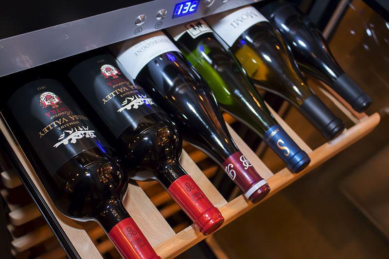 ▲ビストロ料理に合うワインも取り揃えており、ボトル1本で3,800~7,800円程。
