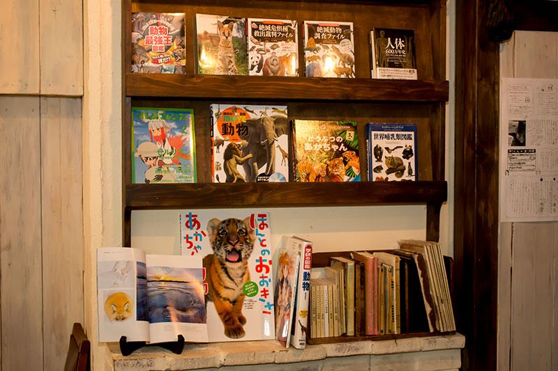 ▲シャッツキステといえば「本」! コラボに合わせて動物関連の書籍も用意されている。