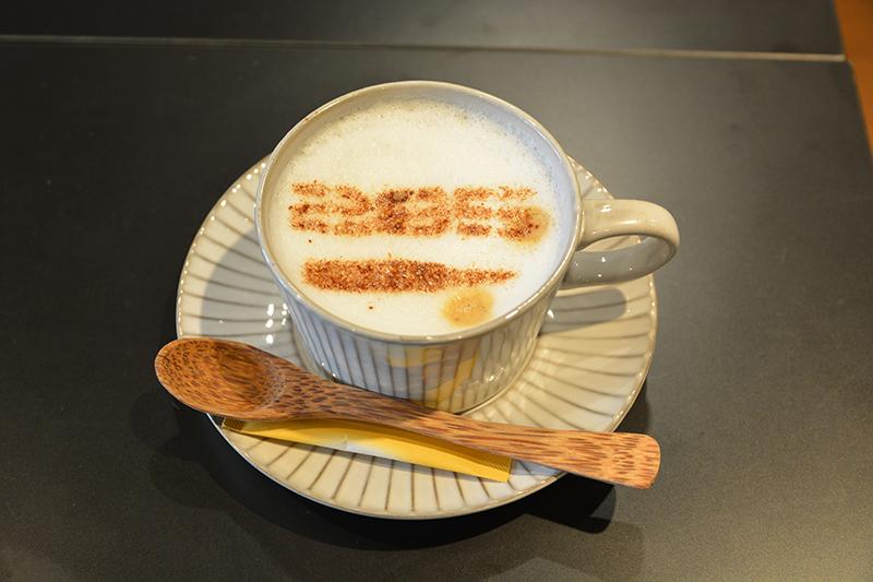 ▲サバイバル285コーヒー(800円)。 ウインナーコーヒー「285」と弾丸を印字。アキバベース特製の美味しいコーヒー。