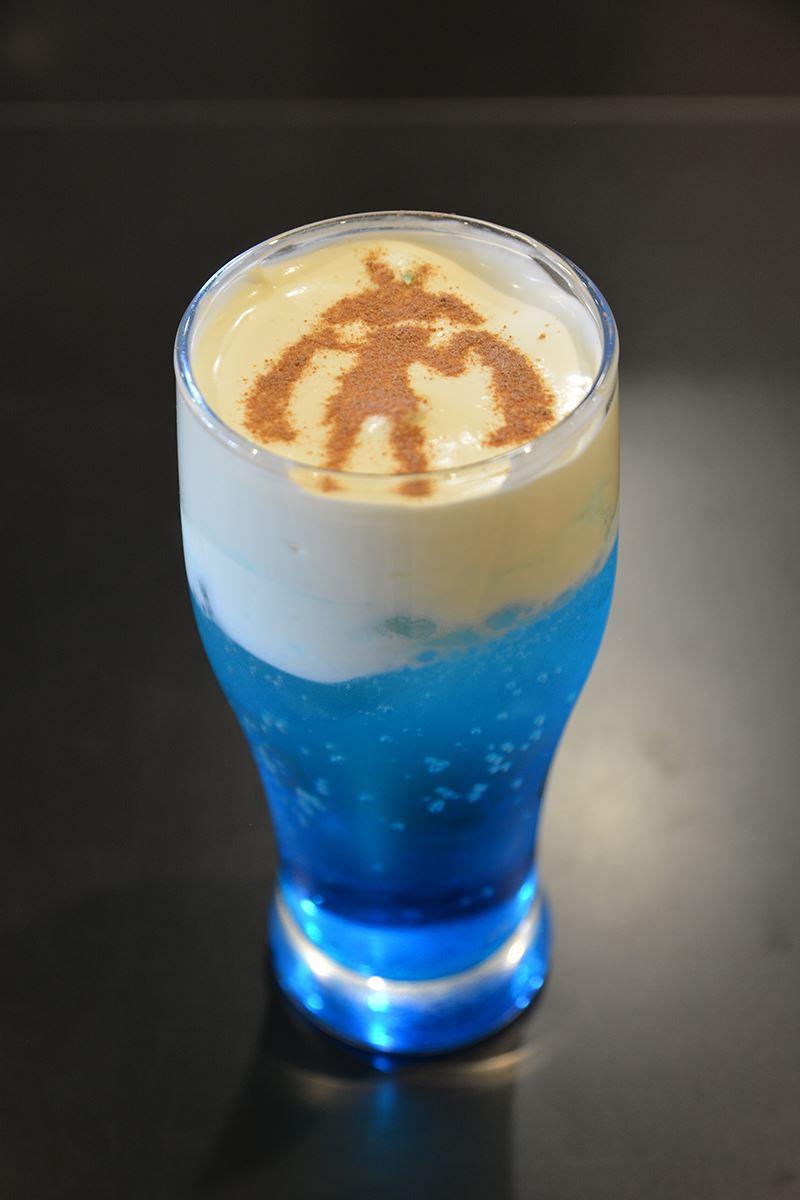 ▲ニパ子ブルーソーダ(800円)。 ニパ子カラーのブルーハワイソーダに生クリームをトッピング。ニパ子のシルエット入り。混ぜ飲むとマイルドに。