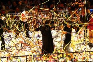大量の紙テープが投げられた松村、島田の入場シーン