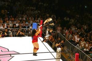シェリーの右腕をひねりあげ「拝み渡り」を敢行する松村。霊験新たな気持ちになる荒技だ