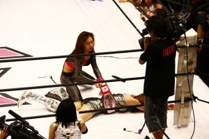 失神したJURINAからベルトを強奪する須田
