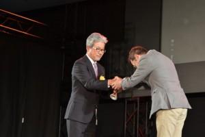 プレイステーションVR(左が受賞者の三浦氏)が特別賞。VRを使ったバイオハザードなどのゲームの発展に貢献