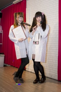 キャストさんのコスチュームは研究所らしく、白衣