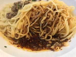 汁なし担々麺は混ぜて食べるが、底には特製ラー油、唐辛子、花山椒たっぷりのタレが!
