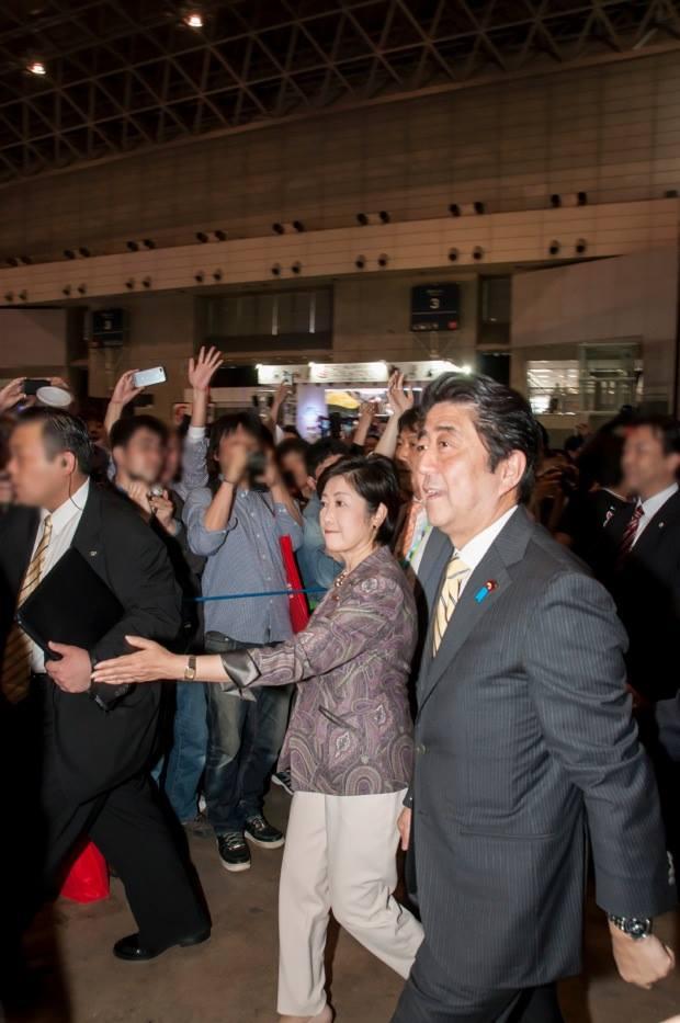 「ニコニコ超会議」では手をとりあっていた二人だったが…(写真左から小池百合子、安倍晋三)