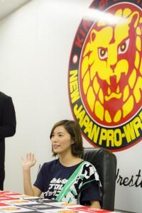 新日本のロゴを背負って1月4日東京ドーム大会をアピールしていく