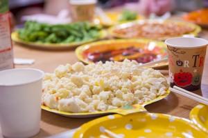 サラダからスナックまでテーブルの上は食べ物でいっぱいだ