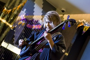 津軽三味線とダンスのパフォーマンスは音楽ユニット「天寿の舞」によるもの