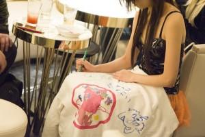 ファンのTシャツにサインをしてあげる礼奈るみさん
