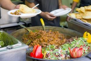こちらはインドの揚げパン「プーリ」でカレーを食べる