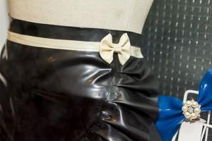 エプロン一つとっても複数デザインがあり、これは腰にワンポイントのリボンがついているタイプ
