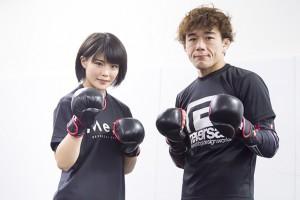ファイティングポーズをとる川村虹花(左)と山崎コーチ