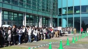 開場前から施設の周囲には長蛇の待機列