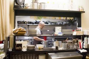 厨房ではご主人が10人近い参加者のコース料理を次々調理していた