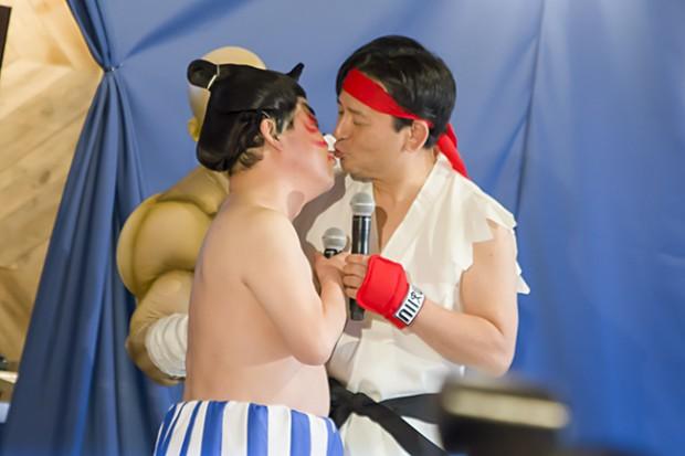 サガット店長が止めずはずが、本当にキス