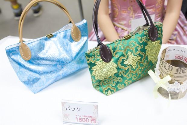 チャイナ風生地を使ったバッグやドレス、さらにはカチューシャやガーターリングを販売
