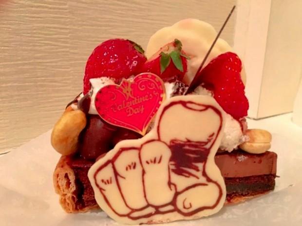 ちなみに痛チョコを作って市販ケーキに貼っただけ。もう一枚は、邢道栄劉備の「斬れ!」のカット