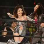 JURINA(左)の攻撃を捌くオクトパス須田(右)