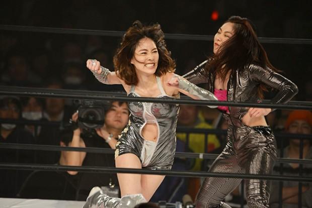 JURINA(左)の攻撃を捌くオクトパス須田