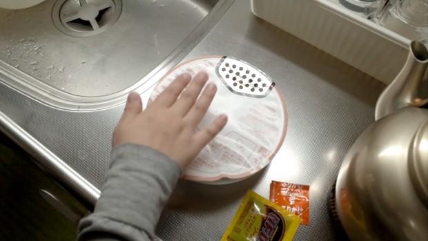 蓋をバンバン叩いて、付着キャベツを麺の上に落とす