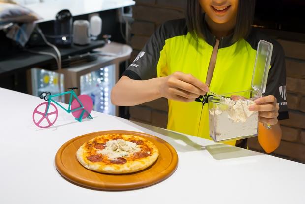 プロテインをかけるという凄いピザ。ちなみにテーブル上にある自転車のオブジェは後輪がピザカッター