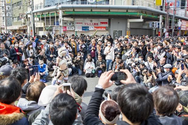 大阪で開催されたコスプレイベントでは数百人のカメラマンに囲まれていた