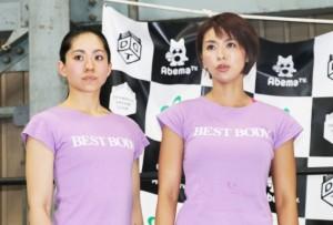 女子ベストボディプロレス対決をする2人。柔道3段の田村(右)に竹林(左)は闘志を燃やす