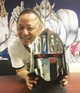 ロビンマスクを手にする『キン肉マン』原作者・ゆでたまご 嶋田隆司先生