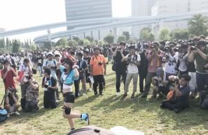 人気コスプレイヤーが登場すると、瞬く間に人が集まった。
