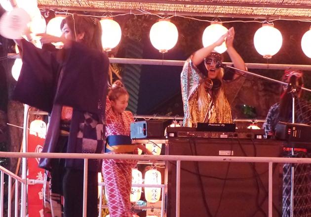DJ KOOが盆踊りでライブパフォーマンス。日本舞踊家の孝藤右近(左)の振り付けで観客は踊り、熱狂した