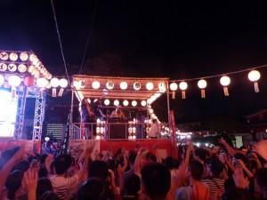 満員の観客で盛り上がる神田明神境内の盆踊り会場