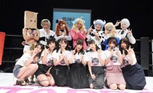 人気声優陣(前列)とキャラクターのコスプレをしたスターダムの選手たち